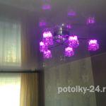 Цветной натяжной потолок в спальне